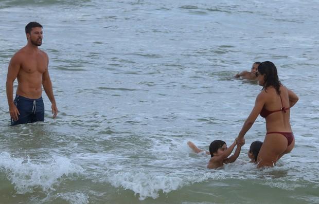 Juliana Paes com o marido e filhos (Foto: AgNews)