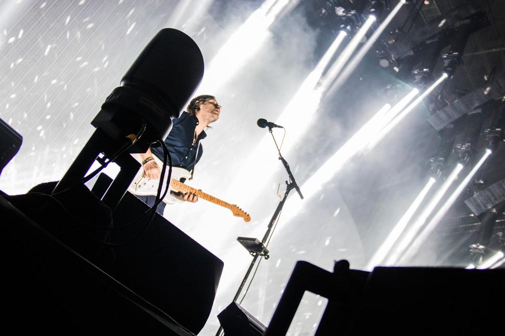 Ed O'Brien cuida da guitarra base e de quase todos osvocais de apoio. (Foto: Divulgação/Tuiki Borges)