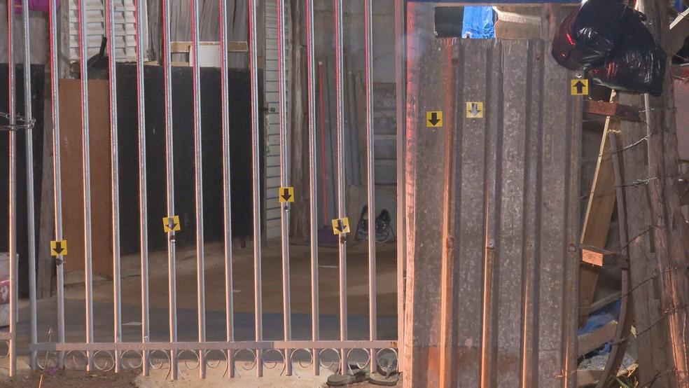 Tiros atingem portão de casa em Sobradinho, no DF; duas pessoas morreram — Foto: TV Globo/Reprodução
