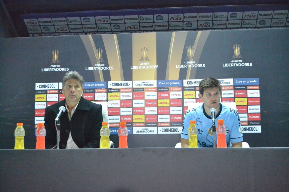 Renato e Kannemann em entrevista coletiva na Argentina (Foto: Eduardo Moura)