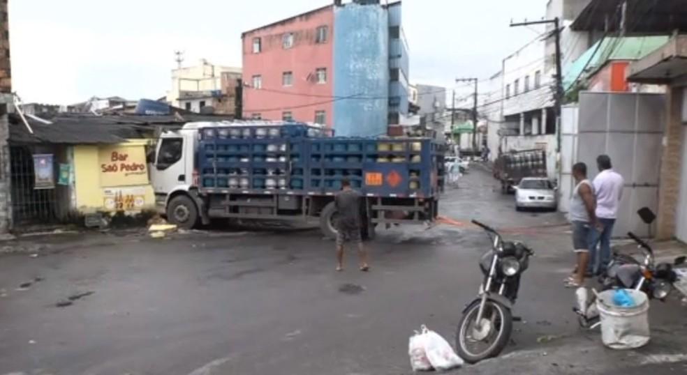 Motorista perde controle de caminhão e invade bar em Salvador — Foto: Reprodução/TV Bahia
