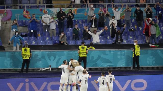 Jogadores celebram junto à torcida italiana