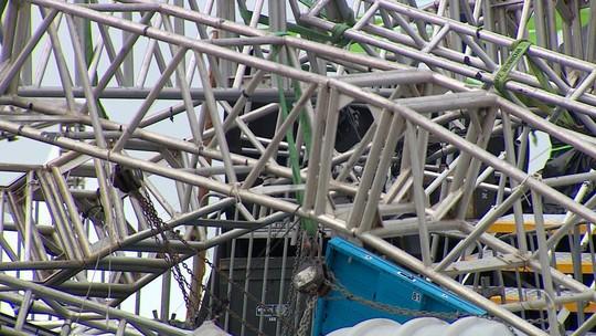 Peritos inspecionam parque de Esteio onde DJ morreu atingido por estrutura durante temporal
