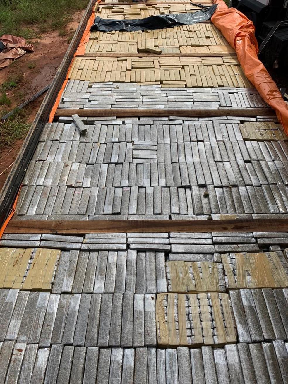 Fundo falso da carroceria do caminhão lotada de tabletes de maconha — Foto: Polícia Civil/Divulgação