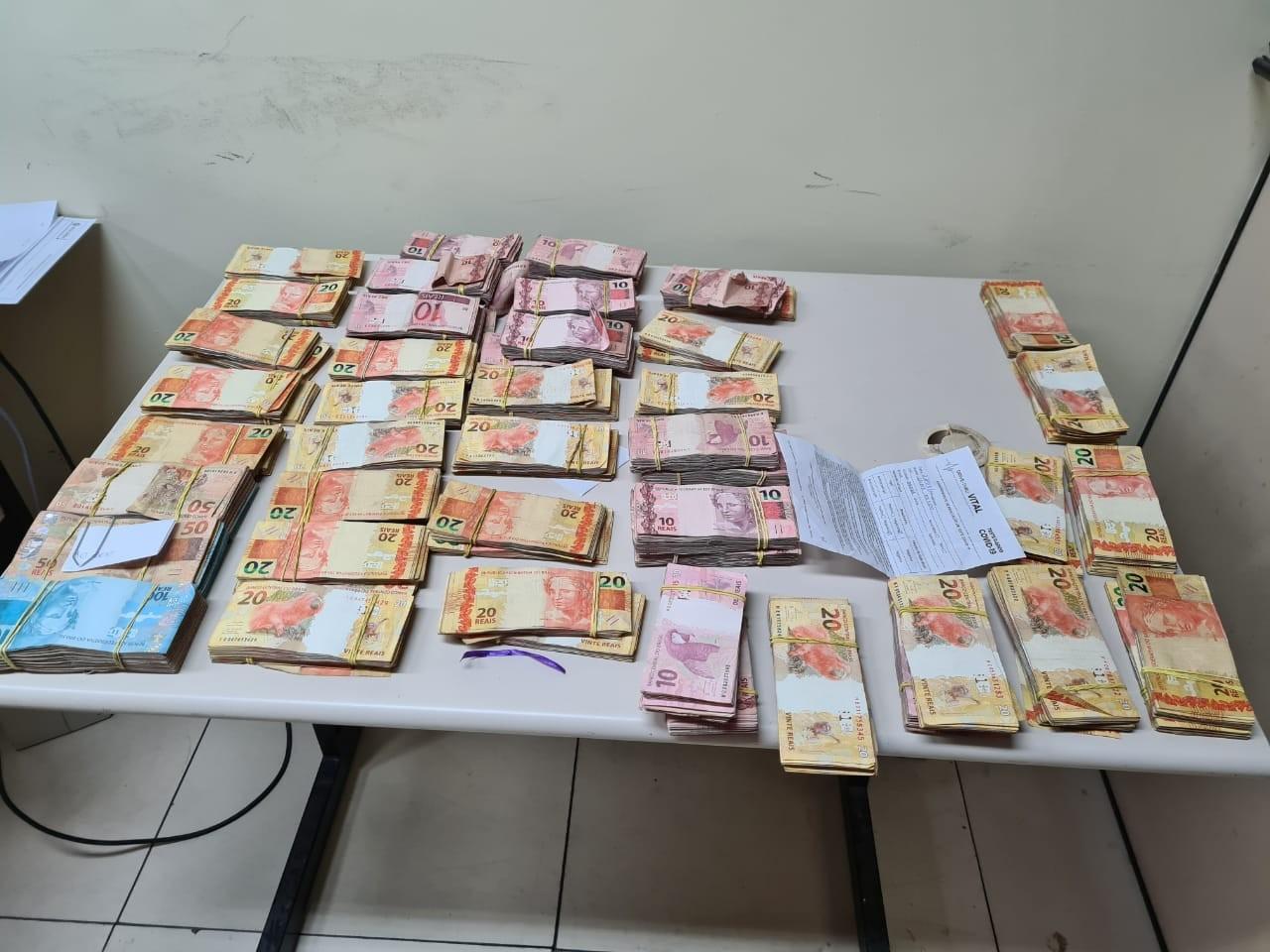 PRF apreende R$ 100 mil escondidos em banco traseiro de carro em Itatiaia