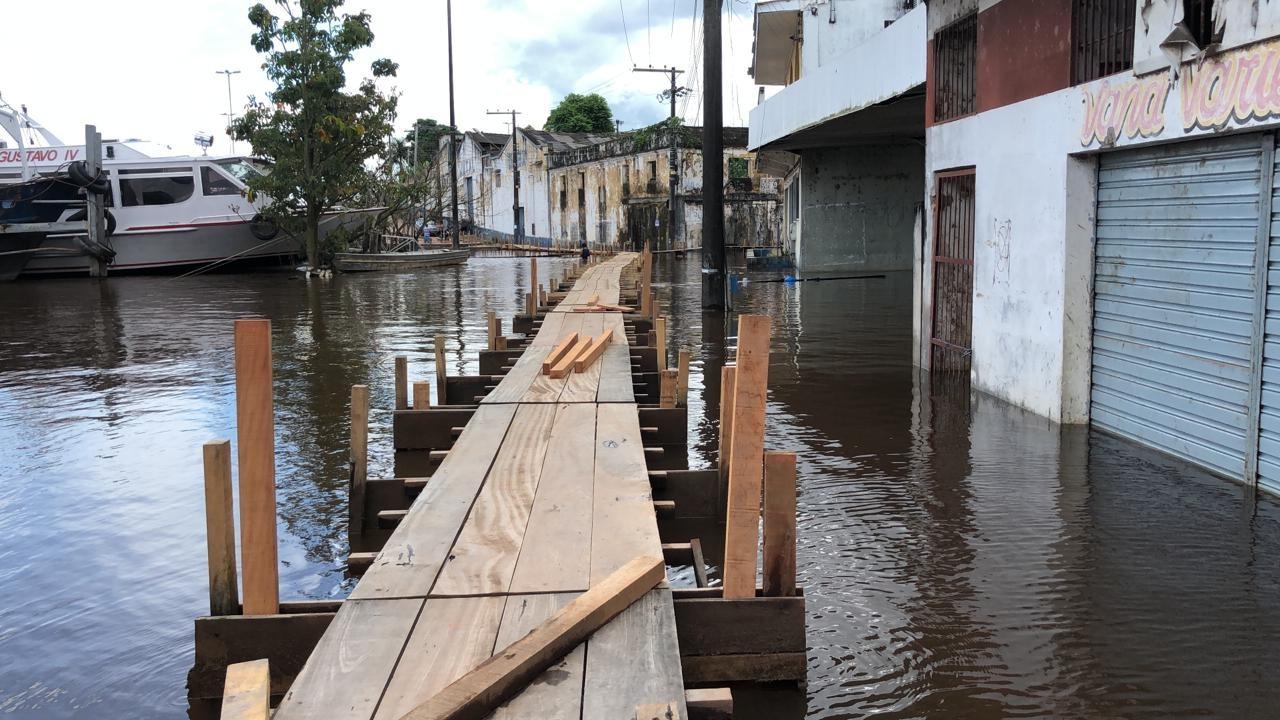 Cheia do Rio Amazonas inunda ruas e prejudica comerciantes em Itacoatiara (AM)