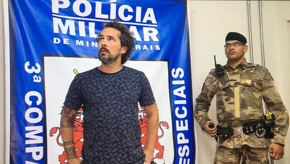 Tatuador era considerado foragido e foi levado para delegacia na Região Metropolitana — Foto: Carlos Eduardo Alvim/TV Globo