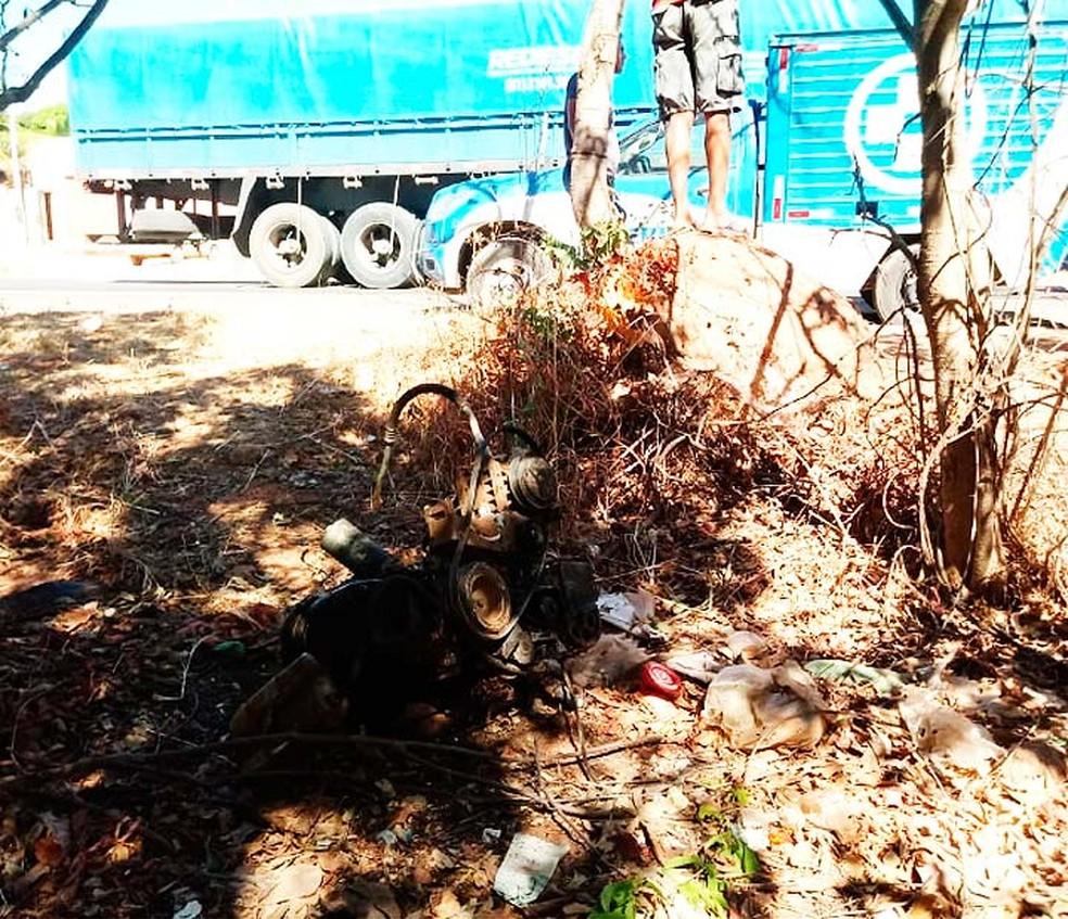 Motor do carro que colidiu em carreta se soltou do veículo de passeio em acidente na Bahia (Foto: Jadiel Luiz/Blog Sigi Vilares)