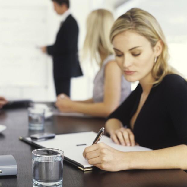 Canhota_executiva_mulher_trabalho_escrevendo_papel_reunião (Foto: Thinkstock)