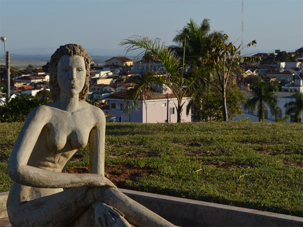 Figura feminina concebida por Vaccarini em Altinópolis faz parte do roteiro de visitas do Roda SP 2018 — Foto: Rodolfo Tiengo/G1