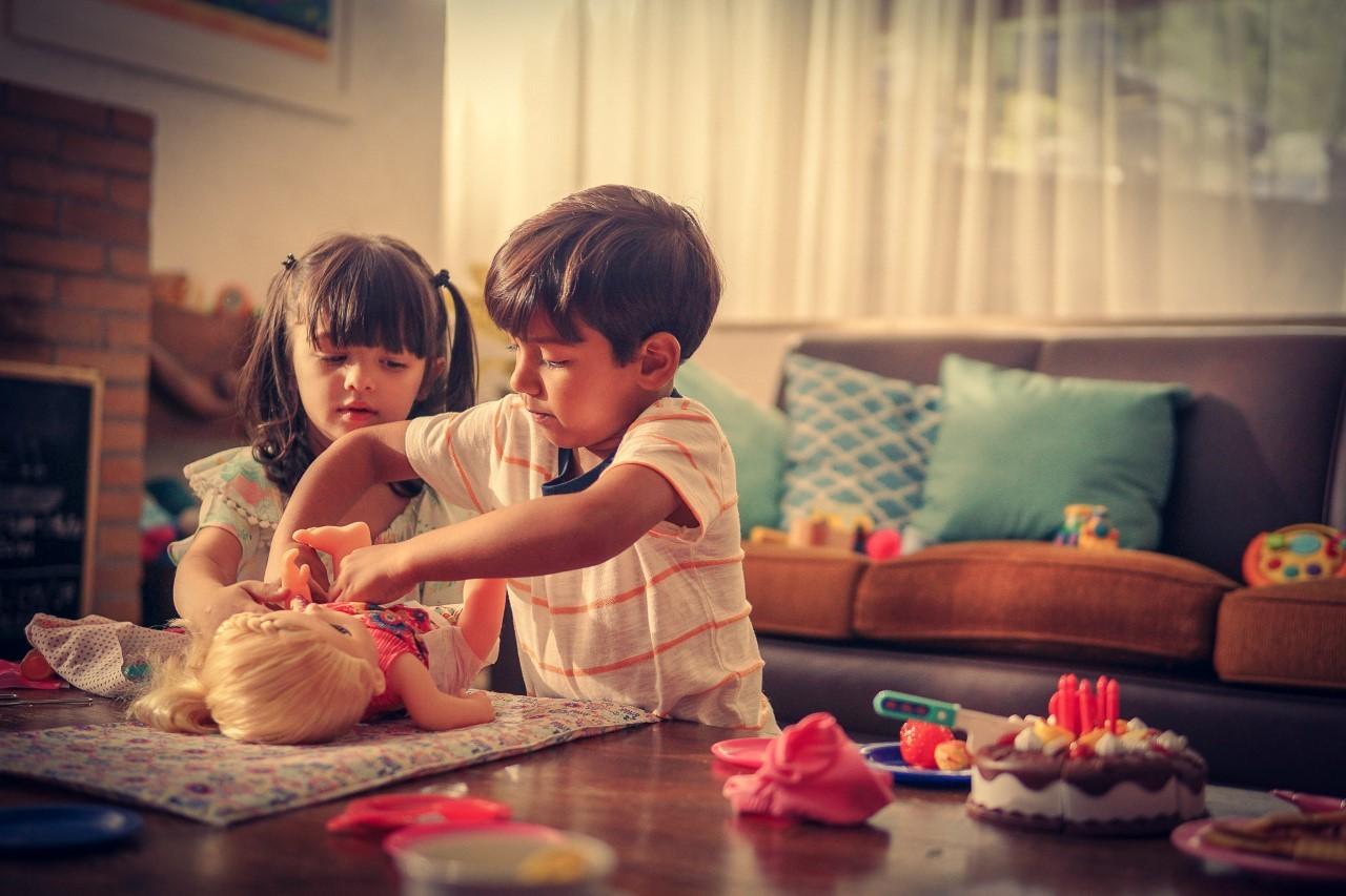 Ao brincar de boneca, o menino pode desenvolver capacidades e competências afetivas para cuidar de crianças e se tornar um ótimo pai (Foto: Divulgação)