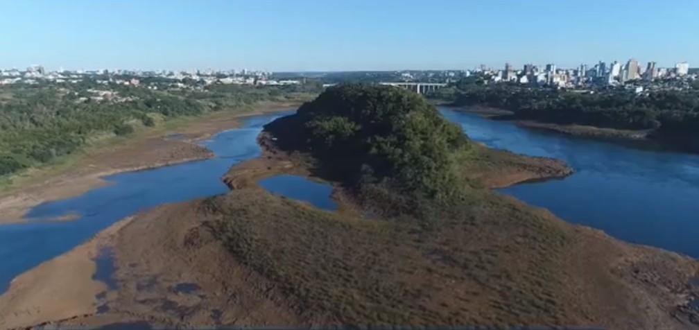 Na região da Ponte da Amizade, entre Foz do Iguaçu e Paraguai, o nível do rio está 8,5 metros abaixo da média dos últimos cinco anos — Foto: Reprodução/RPC