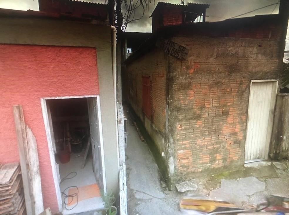 Beco onde Khaylane foi atingida com um tiro na cabeça após ligar o flash do celular para tirar foto de amigos. — Foto: G1 Santos