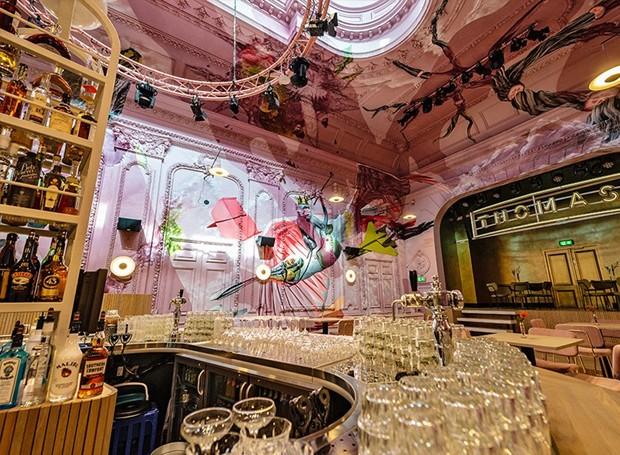 O bar do local oferece todos os tipos de drinks para os visitantes (Foto: Helden Van de Buurt/ Reprodução)