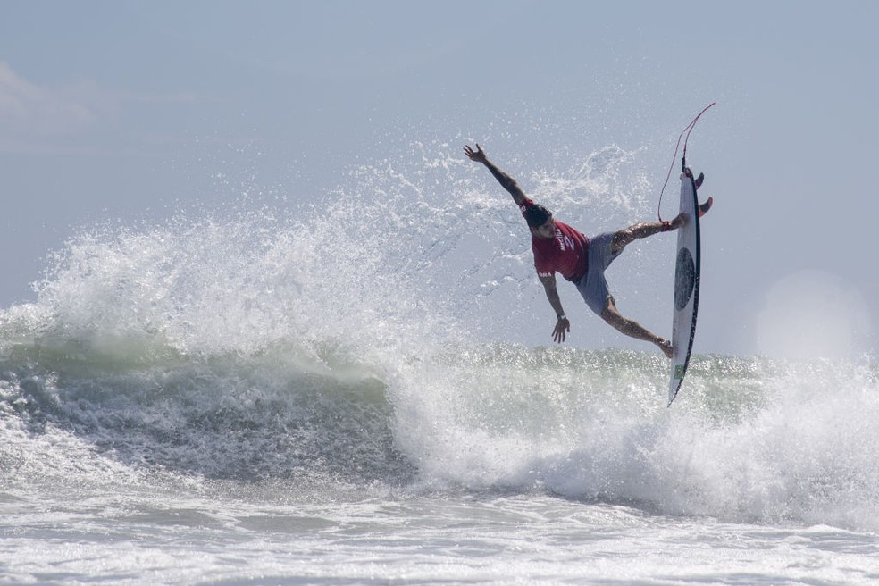 Gabriel Medina voa em uma onda vencedora na bateria contra Julian Wilson — Foto: Olivier Morin/Getty Images