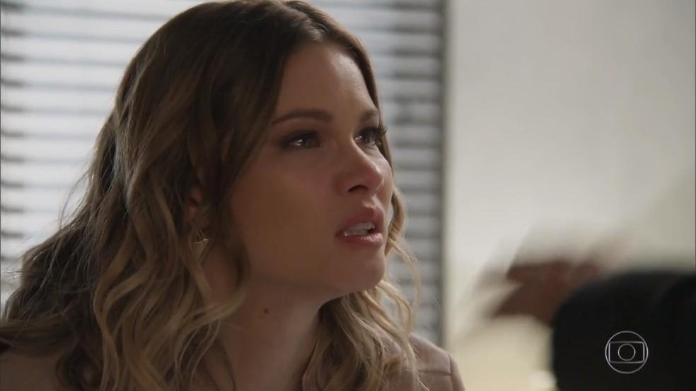 Jéssica (Karen Junqueira) não se conforma com a consideração de Felipe (Marcos Pitombo) por Shirlei (Sabrina Petraglia) - 'Haja Coração' — Foto: Globo