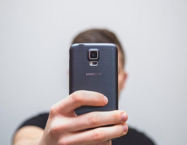 Estudo mostra que postar selfies em excesso pode ser consequência de um Transtorno de Personalidade Narcisista (Foto: Pixabay)