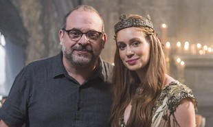 Na última sexta, Fabrício Mamberti dirigiu Marina Ruy Barbosa na cena final de 'Deus salve o rei'. No desfecho da história, Amália será coroada rainha de Montemor depois de se casar com Afonso (Romulo Estrela). Veja tudo que acontecerá no último capítulo | Rede Globo / Paulo Belote