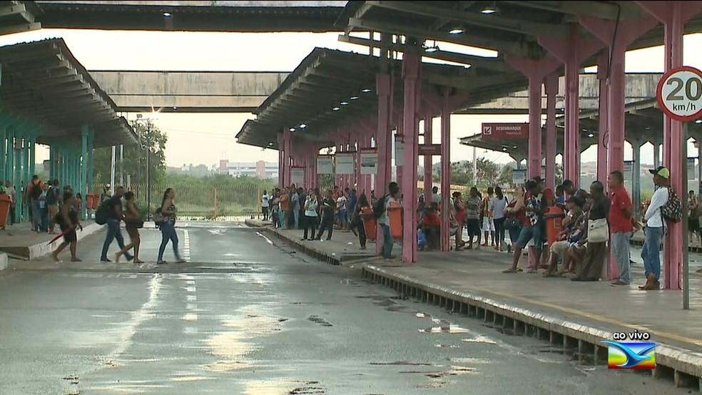 Passageiro morreu atropelado dentro do Terminal de Integração da Praia Grande ao tentar embarcar em um ônibus.  — Foto: Reprodução/ TV Mirante