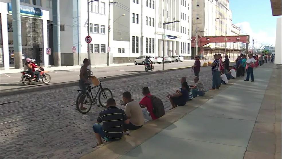 População forma fila na calçada em frente à sede da Receita Federal, no Recife, para tentar regularizar o CPF, nesta quarta (8) — Foto: Reprodução/TV Globo
