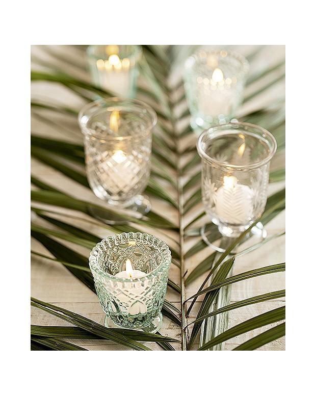 Folhas de palmeiras, como a fênix, combinadas com velas, formam lindos centros de mesa. Porta-velas Ideia Única (Foto: Elisa Correa/Editora Globo)