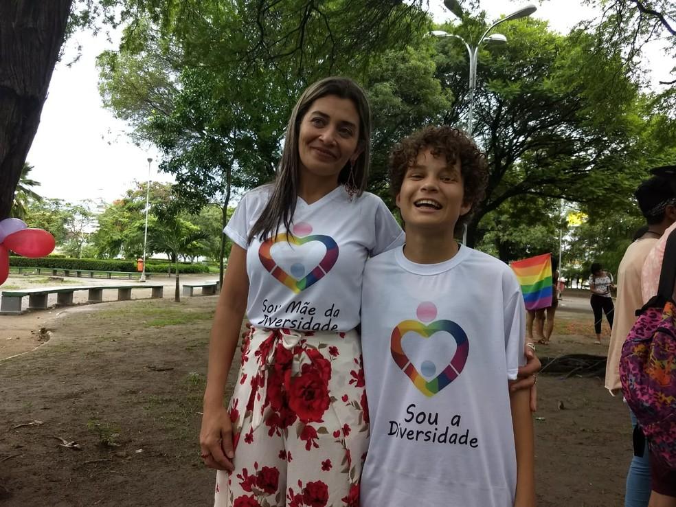 Rosemary Bernardo e seu filho, Issac, um jovem trans de 15 anos (Foto: Derek Gustavo/G1)