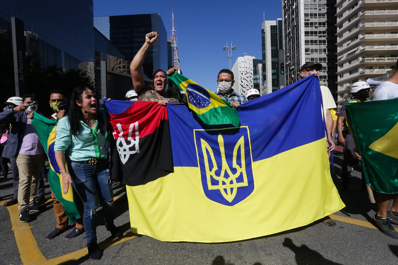 Polícia apura se bandeiras neonazistas foram estopim para confronto de manifestantes na Avenida Paulista