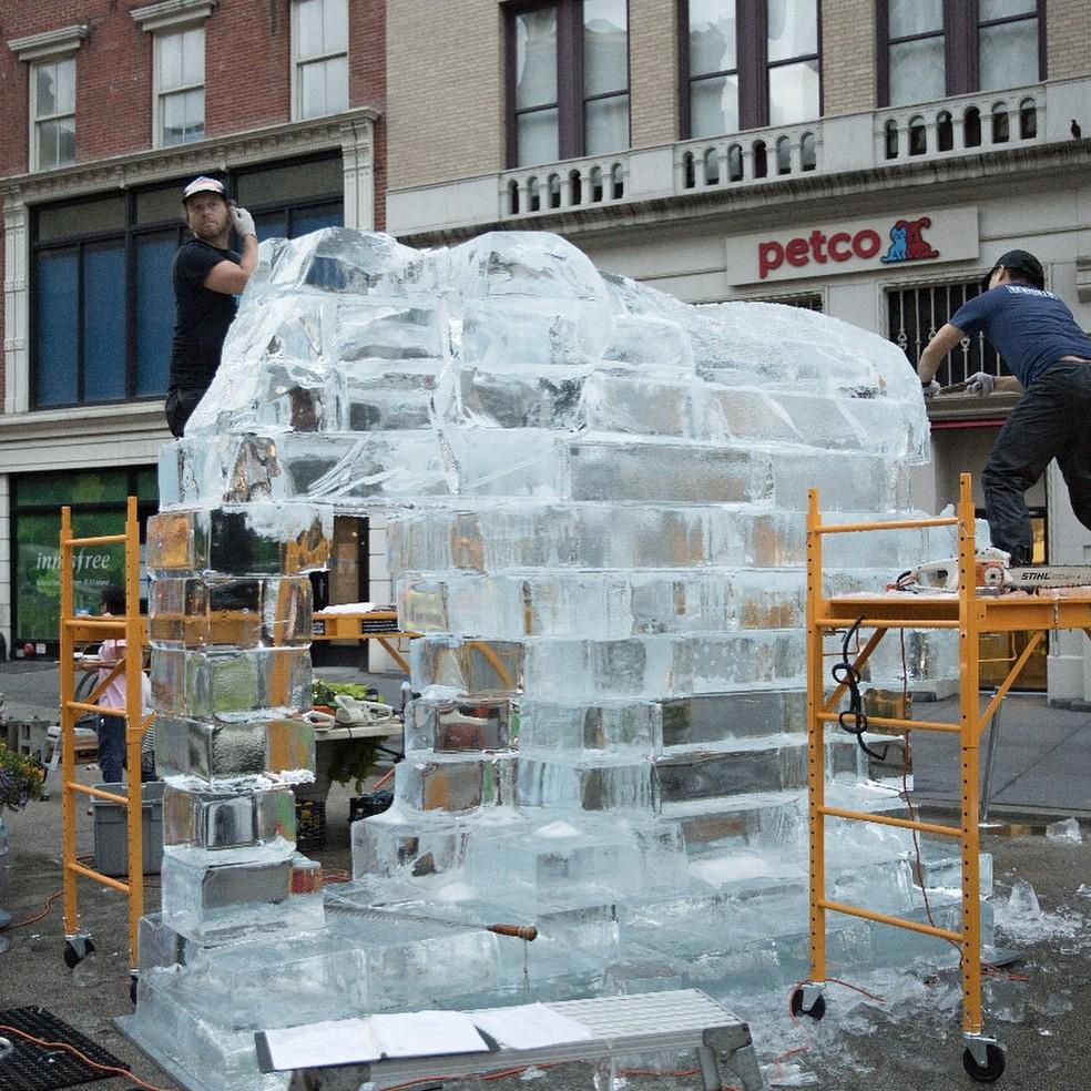 Escultura de gelo em forma de elefante feita pela Wildlife, em Nova York (Foto: @amarula_official)