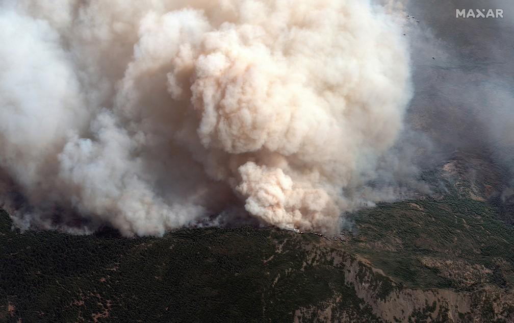 Incêndio de grandes proporções atinge mata em Chico, na Califórnia, na segunda-feira (14) — Foto: Maxar Technologies/Handout via REUTERS