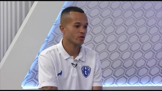 """Uchôa celebra primeiro gol em clássico e aprova estilo de Dos Anjos: """"A gente estava precisando de um cara que cobrasse"""""""