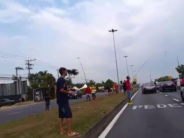 Jovens se arriscam em avenida atrás de pipa (Foto: Geraldo Jr./G1)