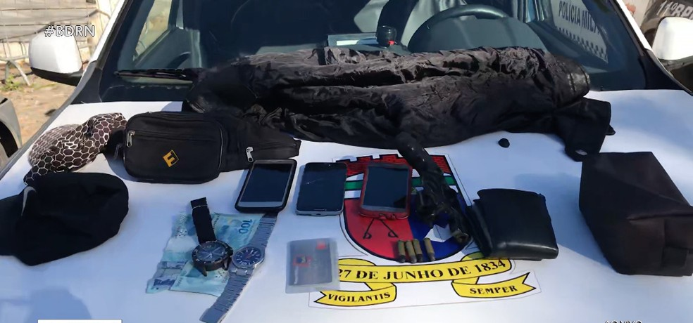 Arma e materiais roubados foram apreendidos com trio de assaltantes em Natal — Foto: Reprodução/Inter TV Cabugi
