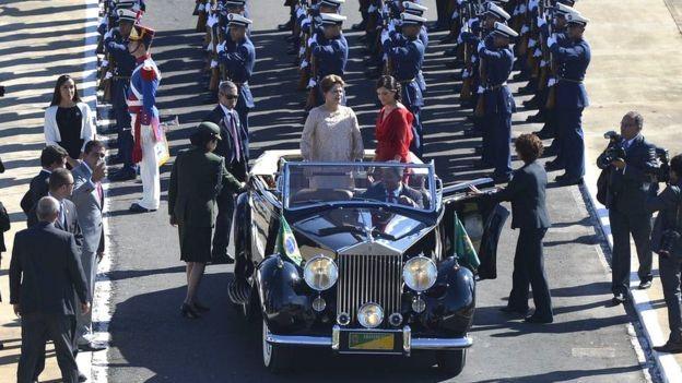 Em 2015, Dilma Rousseff desfilou no Rolls-Royce na cerimônia de posse do seu segundo mandato, ao lado da filha Paula (Foto: Agência Brasil)