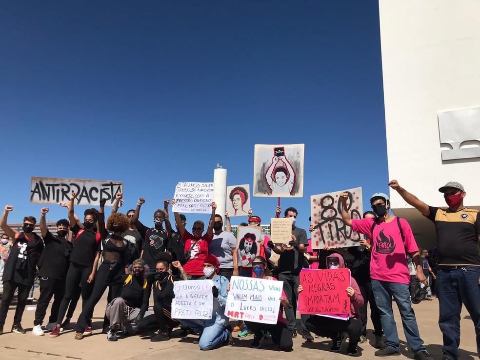 Manifestantes seguram cartazes com dizeres antirracistas em ato no DF, neste domingo (7) — Foto: Afonso Ferreira/G1