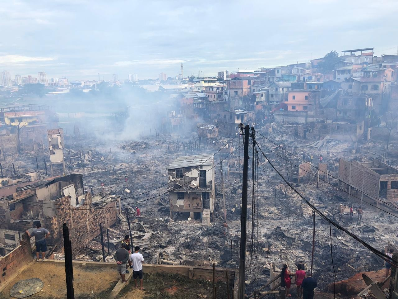 Mais de dez horas depois, incêndio na Zona Sul de Manaus ainda apresenta focos de chamas - Noticias