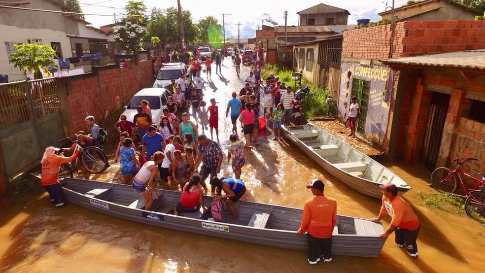Temporal que atingiu capital acreana nesta terça-feira (13) deixou moradores ilhados  (Foto: Divulgação/Ascom)