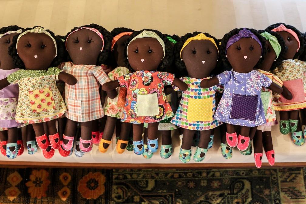 Bonecas são confeccionadas por voluntários no Brasil (Foto: Arquivo Pessoal)