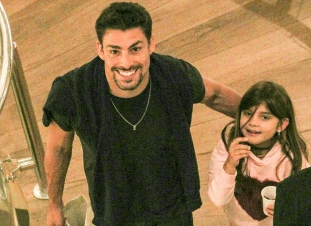Cauã Reymond passeia no shopping com a filha Sofia  (Foto: J Humberto / AgNews )