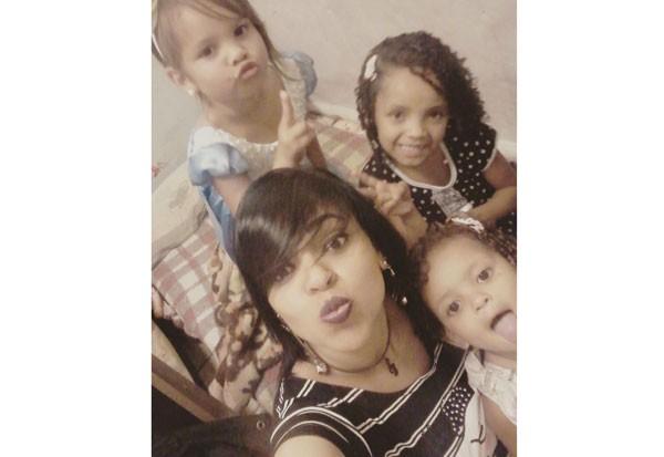 Ana Carolina e as filhas Maria Fernanda, no alto; Maria Eduarda e Maria Alice (Foto: Acervo pessoal)