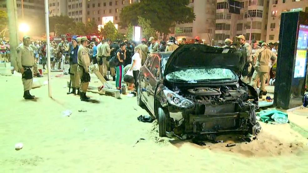 Frente do carro ficou destruída após atropelamento em Copacabana (Foto: Reprodução/GloboNews)