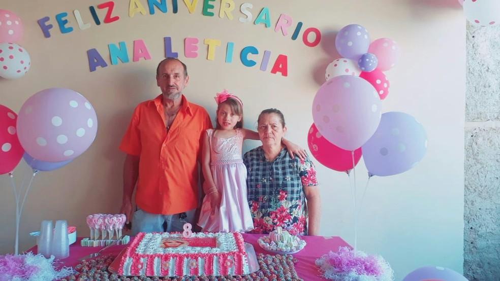Ana Letícia com os tios na festa de aniversário — Foto: Arquivo Pessoal