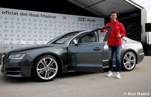 Cristiano Ronaldo recebendo seu Audi S8 do Real Madrid (Foto: Real Madrid F.C.)
