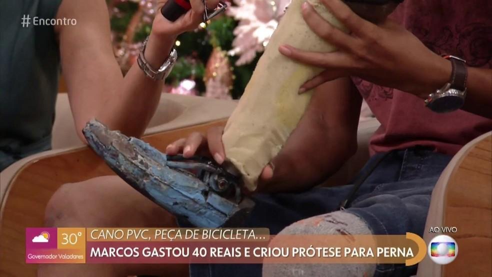Marcos gastou 40 reais e criou prótese para perna — Foto: TV Globo