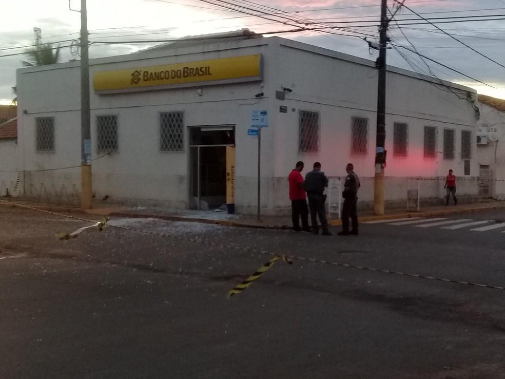 Criminosos armados explodem agência bancária em Avanhandava — Foto: Avanews/Divulgação