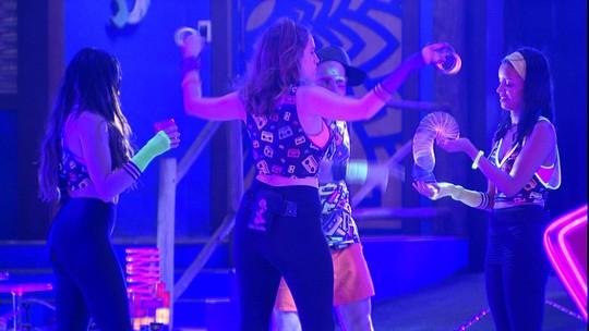 Ana Clara e Gleici brincam com mola colorida na Festa Pop 80