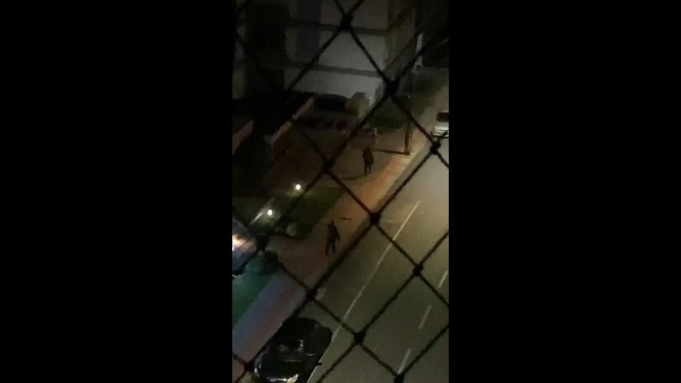 Moradores registraram ação dos criminosos em Criciúma — Foto: Reprodução/ NSC TV
