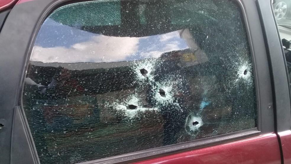 Vidros do carro ficaram destruídos após o ataque  — Foto: Cid Vaz/TV Bahia