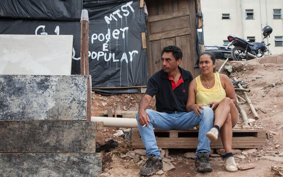 Pedreiro diz que criar dois filhos com um salário mínimo é um jogo de escolhas: 'Você deixa de cortar o cabelo para comer' (Foto: Felix Lima/BBC Brasil)