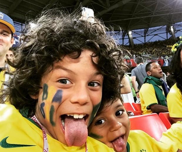 Os filhos do lateral-esquerdo Marcelo no estádio  (Foto: Reprodução/Instagram)