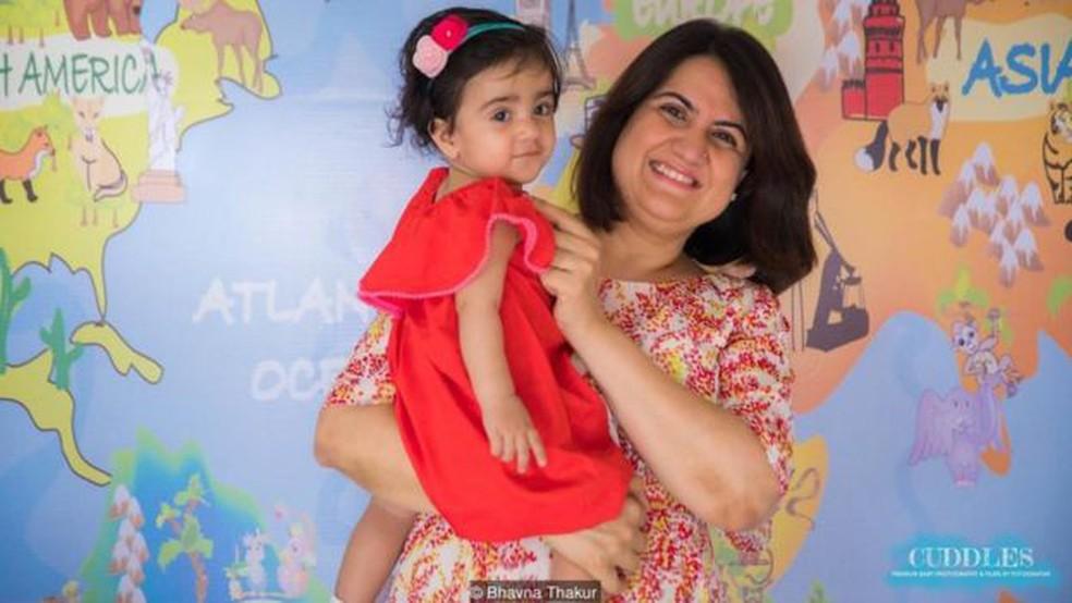 Bhavna Thakur, de 43 anos, vive com o marido e a filha de um ano em Mumbai - ela diz que costuma ser 'a mãe mais velha do parquinho' — Foto: BHAVNA THAKUR